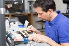 Porcelana appying dental do técnico de laboratório a moldar Imagens de Stock Royalty Free