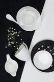 Porcelana blanca en manteles de lino blancos y negros. Fotos de archivo libres de regalías