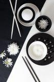 Porcelana blanca en manteles de lino blancos y negros. Imagen de archivo libre de regalías