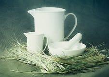 Porcelana branca ajustada em um fundo cinzento Imagem de Stock Royalty Free