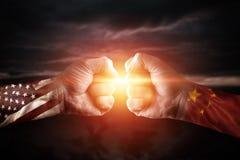 Porcelana da guerra comercial e América, conflito, fim acima de dois punhos que batem-se sobre o fundo dramático do céu com es ilustração royalty free