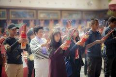 Porcelana de Hong Kong - march16,2019: grande número de povos asiáticos que rezam ao santuário budista com incenso na religião da fotos de stock royalty free