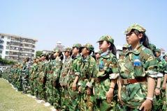 Porcelana de Shenzhen: estudantes da escola secundária no treino militar Fotografia de Stock