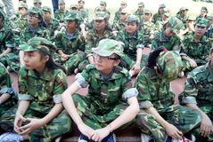 Porcelana de Shenzhen: estudantes da escola secundária no treino militar Fotos de Stock