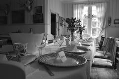 Porcelana em uma tabela em uma sala com mobiliário do vintage fotos de stock