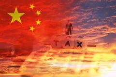 Porcelanowi podatki towary w eksporta i importa logistyki wojnie handlowej - podatek reformy kalkulatora i pojęcia biznesmena fin zdjęcia royalty free