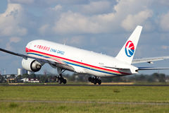 Porcelanowy ładunek Boeing 777 obrazy royalty free