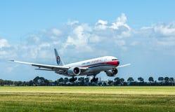 Porcelanowy ładunku Boeing 777 ładunku samolotu lądowanie Fotografia Royalty Free