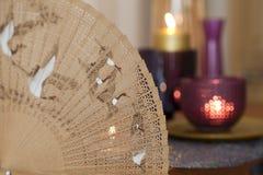 Porcelanowy fan i świeczki obrazy stock