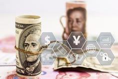 Porcelanowy Juan versus dolara ameryka?skiego banknot na stosie waluta banknoty Poj?cie biznesowi przyrosta, pieni??nych lub pien obrazy royalty free
