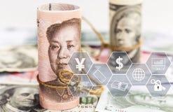 Porcelanowy Juan versus dolara ameryka?skiego banknot na stosie waluta banknoty Poj?cie biznesowi przyrosta, pieni??nych lub pien zdjęcie stock