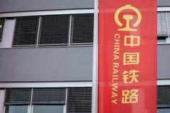 Porcelanowy Kolejowy logo na chorągwianym znaku przed ich biurem dla Serbia Także zna jako CR, ja jest kolejowym operatorem Chiny obrazy stock