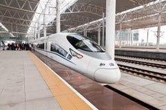 Porcelanowy nowożytny pociąg na estradowym czekaniu dla Fotografia Stock