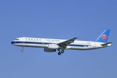 Porcelanowy Południowy Aerobus A321-231, B-6580 lądowanie w Pekin, Chiny Zdjęcie Stock