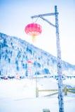 Porcelanowy s śnieżny miasteczko, lampiony i obrazy royalty free