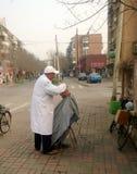Porcelanowy uliczny fryzjer męski Zdjęcie Royalty Free