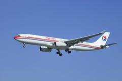 Porcelanowy Wschodni Aerobus A330-343X, B-6097 lądowanie w Pekin, Chiny Fotografia Royalty Free