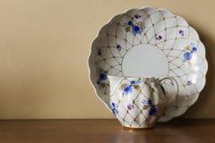 Porcelany cukierniczka, filiżanka, mleko, naczynie z złotym wzorem i błękit, kwitniemy obraz royalty free