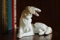 Porcelany figurka pies traken Rosyjska charcica na półce na książki fotografia stock
