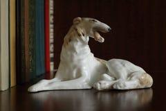 Porcelany figurka pies traken Rosyjska charcica na półce na książki obrazy royalty free