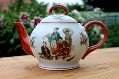 Porcelany teapot na drewnianym stole Obraz Stock