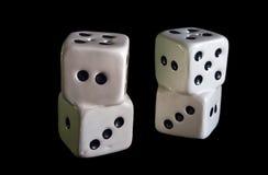Porcelany uprawiać hazard dices odosobnionego w czerni Obrazy Stock