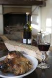 Porcelet de vin rouge et de rôti autour du coin du feu Photos stock