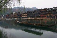 porcellana antica della costruzione vicino al fiume di legno Fotografie Stock Libere da Diritti