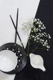 Porcellana bianca sulle tovaglie di tela in bianco e nero. fotografia stock libera da diritti