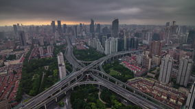 Porcellana di lasso di tempo di panorama 4k della città del bivio del cielo della tempesta di tramonto di Shanghai stock footage