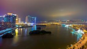 Porcellana di lasso di tempo di panorama 4k della strada di traffico della cima del tetto del ponte della baia di Macao di notte video d archivio