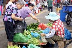 Porcellana di Shenzhen: gli agricoltori commercializzano per comprare l'alimento Immagini Stock