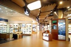 Porcellana di Shenzhen: grande negozio di scarpe dei centri commerciali fotografia stock libera da diritti