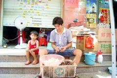 Porcellana di Shenzhen: mercato degli agricoltori del figlio e del padre Fotografia Stock