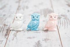 Porcellana Owl Figurines su fondo di legno bianco immagini stock