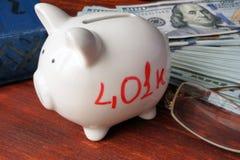 Porcellino salvadanaio bianco con il segno 401k Immagini Stock