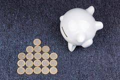 Porcellino salvadanaio bianco su fondo scuro: risparmio per una casa Fotografia Stock Libera da Diritti