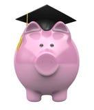 Porcellino salvadanaio che indossa un cappuccio di graduazione, fondo di risparmio per insegnamento superiore Immagine Stock