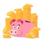 Porcellino salvadanaio circondato dalla pila di moneta di oro Immagine Stock Libera da Diritti