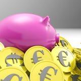 Porcellino salvadanaio circondato nell'economia dell'europeo di manifestazioni delle monete Fotografia Stock