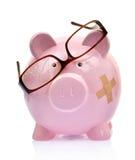 Porcellino salvadanaio con gli occhiali rotti Immagine Stock Libera da Diritti