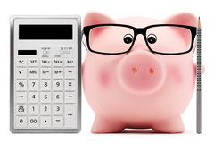 Porcellino salvadanaio con il calcolatore di vetro e penna isolata su bianco Immagine Stock Libera da Diritti