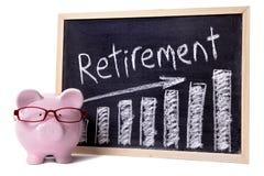 Porcellino salvadanaio con il grafico di risparmio di pensionamento Immagini Stock Libere da Diritti