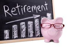 Porcellino salvadanaio con il grafico di risparmio di pensionamento Fotografia Stock