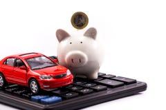 Porcellino salvadanaio con l'euro e l'automobile Fotografia Stock