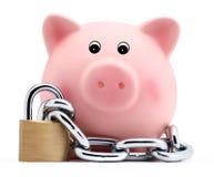 Porcellino salvadanaio con la catena e lucchetto isolato su fondo bianco Fotografie Stock Libere da Diritti