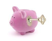 Porcellino salvadanaio con la chiave dorata Fotografie Stock Libere da Diritti