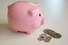 Porcellino salvadanaio con la moneta di U.S.A. Immagini Stock