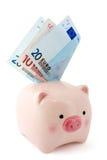 Porcellino salvadanaio con le euro fatture Fotografia Stock