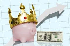 Porcellino salvadanaio con una corona sulla sua testa accanto ad cento banconote in dollari sui precedenti di una freccia alta Immagini Stock Libere da Diritti